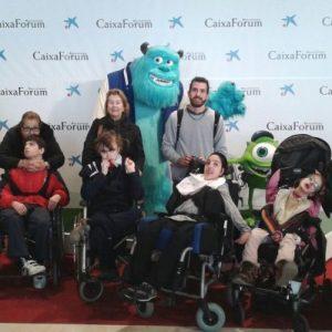Voluntarios adultos acompañando a niños a una salida de ocio