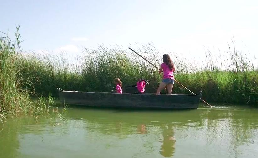 Les protagonistes de la Finestra a la barca navegant pel Delta de l'Ebre