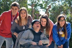 Voluntarios con un adulto con discapacidad